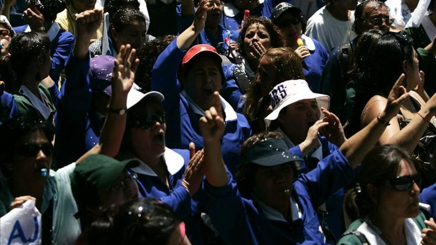 Funcionarios chilenos en paro al aplazarse la negociación hasta después de los comicios