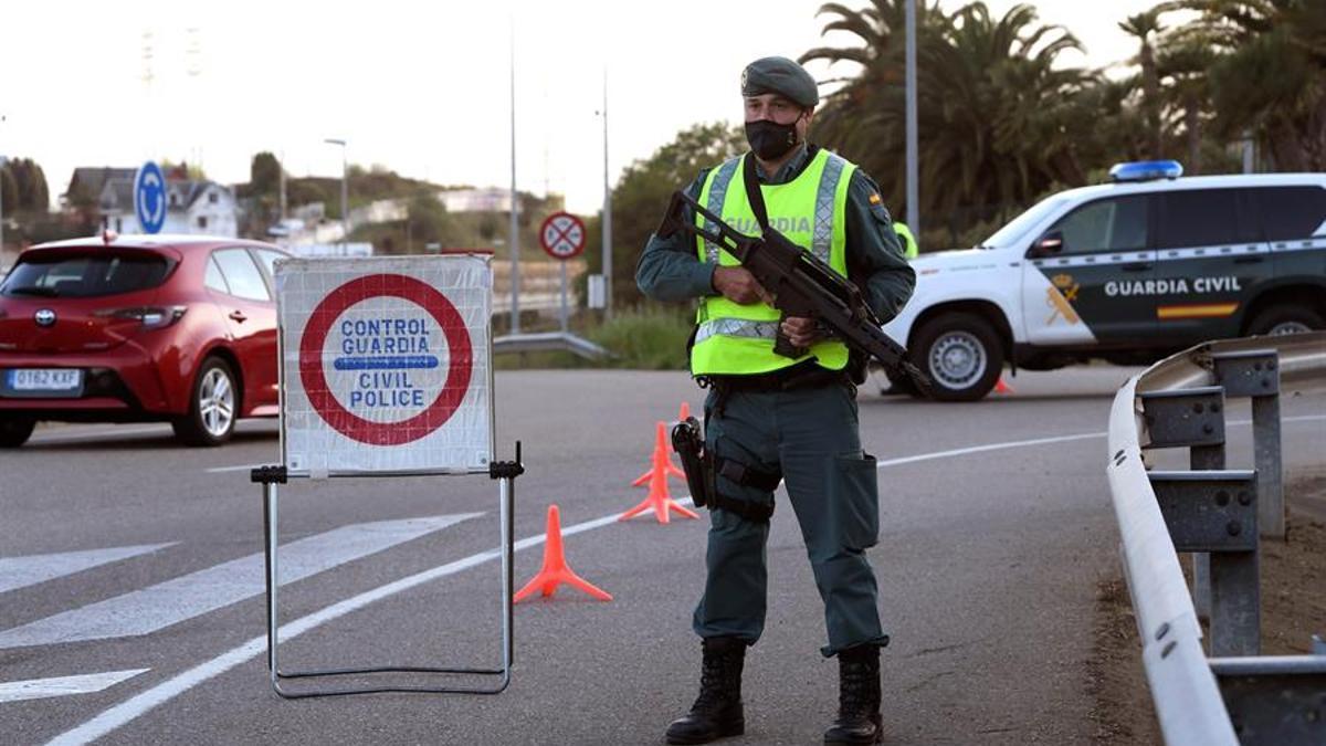 Control de la Guardia Civil para vigilar el cumplimiento de las medidas anti COVID