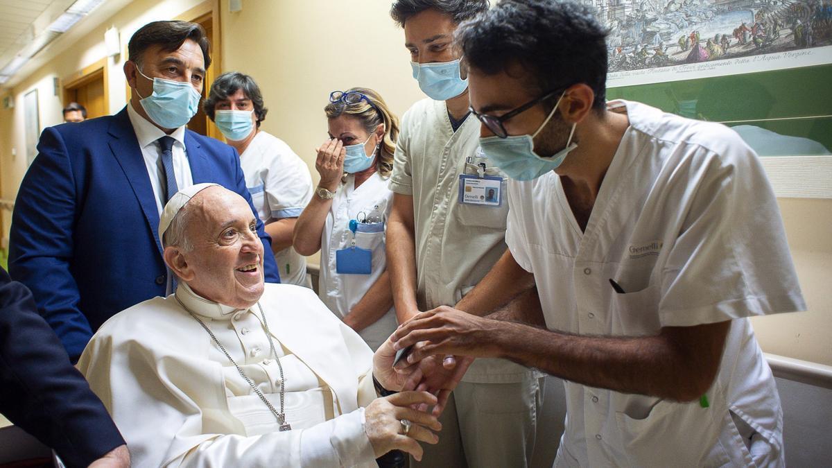 Imagen facilitada por el servicio de prensa del Vaticano del papa Francisco en el Policlínico Gemelli de Roma con varios sanitarios.EFE/EPA/VATICAN MEDIA HANDOUT