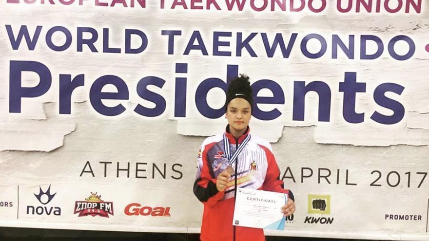 Rosanna Simón con  la medalla de bronce lograda en Atenas en la Copa Presidente de Europa de taekwondo.  Foto: Club Jansu Tenerife.