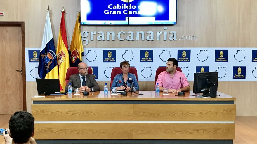 La consejera de Política Social, Elena Máñez junto al delegado territorial de la ONCE en Canarias, José Antonio López, y el director de la autoescuela Carmelo, Juan Carlos Reyes.