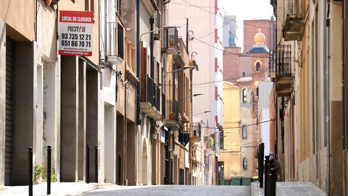 Una calle de Terrassa con carteles de alquiler