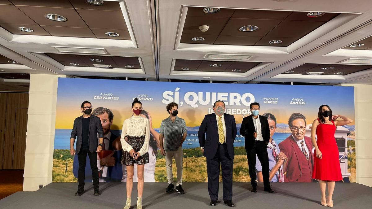 El president d'AVE, Vicente Boluda, al costat dels actors que protagonitzen el curt per a promocionar el Corredor Mediterrani.