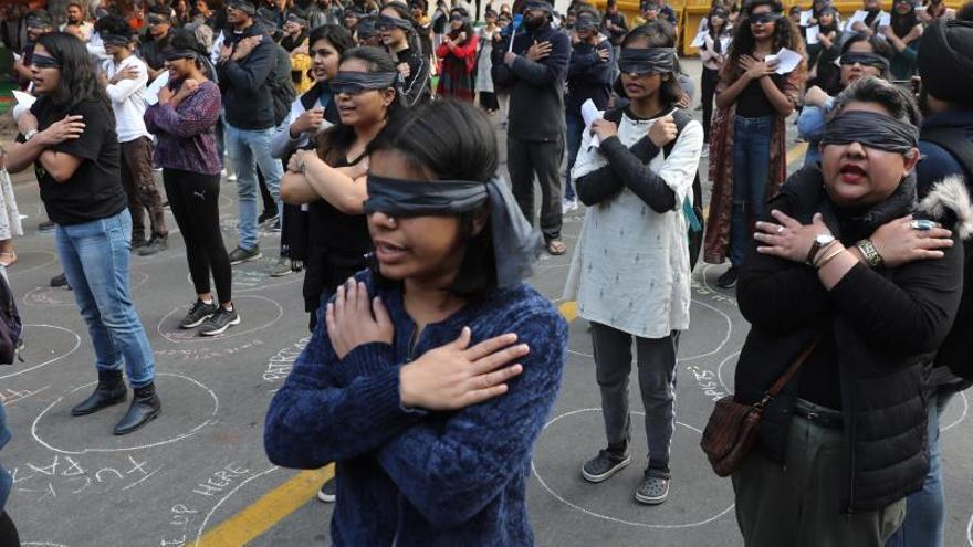 """""""El violador eres tú"""" llega a una India conmocionada por las últimas violaciones"""
