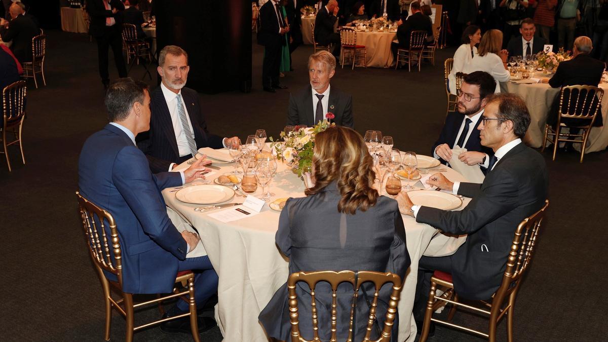 Felipe VI, Pedro Sánchez, Ada Colau y Pere Aragonés, durante la cena inaugural del Mobile World Congress en Barcelona.