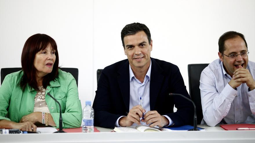 Pedro Sánchez junto a la presidenta del PSOE, Micaela Navarro, y César Luena en la reunión de la ejecutiva