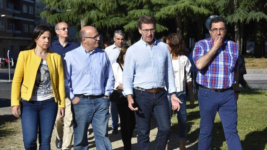 Feijóo, con Baltar y otros cargos del PP en un paseo electoral por Xinzo de Limia