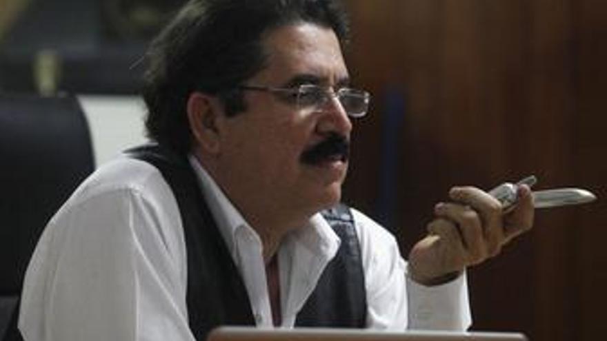 """Zelaya pide a sus seguidores que mantengan la """"lucha pacífica"""" por su restitución"""