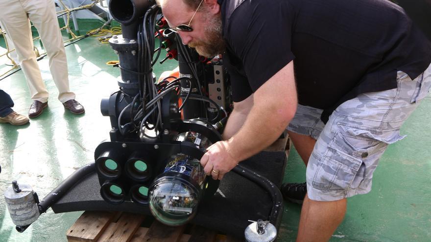 El profesor Dalgleish con el LIDAR (ALEJANDRO RAMOS)