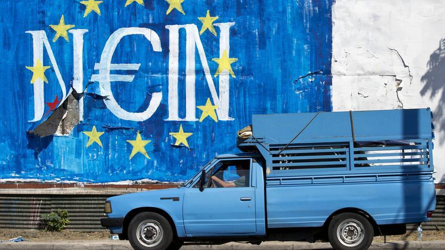 """Un grafitti en la calle en la que puede leerse """"no"""" en alemán, pero también """"sí"""" en griego. /  AP Photo Petros Giannakouris"""