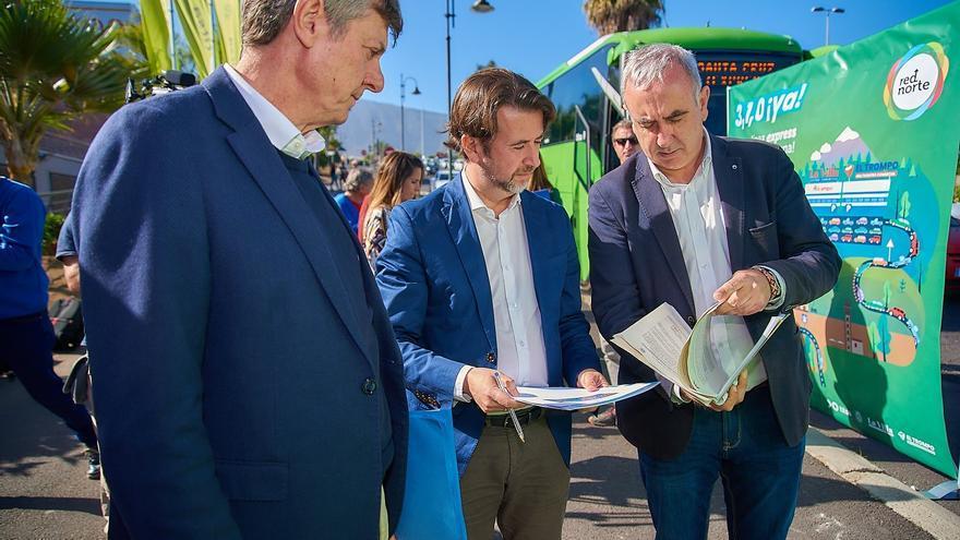 Carlos Alonso (centro), en la presentación de la nueva línea exprés 310 de TITSA en La Orotava