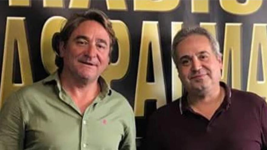 El juez Salvador Alba y el locutor Juan Santana posan después de uno de los programas en el que ambos participaron en septiembre de 2018.