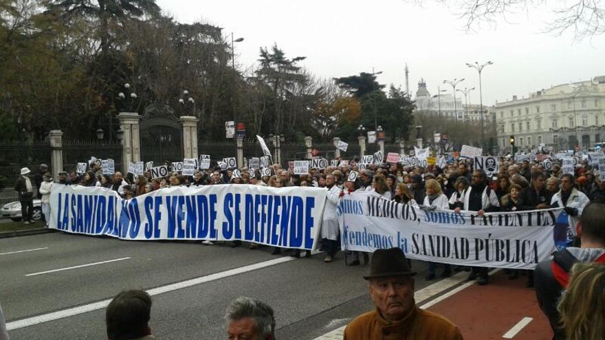 Miles de personas vuelven a tomar el centro de Madrid en defensa de la sanidad pública. / Ana Requena