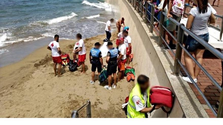 Un hombre fallece en Las Canteras. (Foto: Twitter @PoliciaLPA)