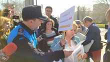 La campaña de HazteOir por el veto parental en un colegio pincha: la Policía los echa y las familias rompen sus folletos