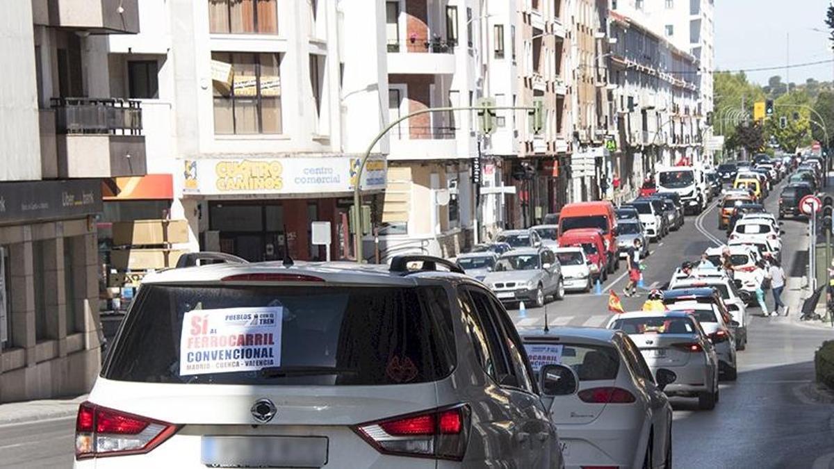 Caravana de coches en Cuenca en defensa del tren convencional