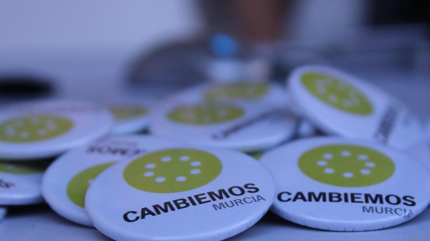 Chapas con el logo de Cambiemos Murcia / PSS