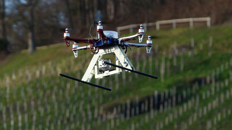 Dron hexacóptero realizando fotografías. (DP).