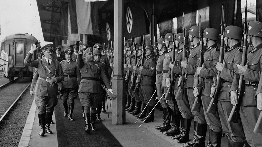 Franco y Hitler hacen el saludo fascista durante su reunión en Hendaya en 1940
