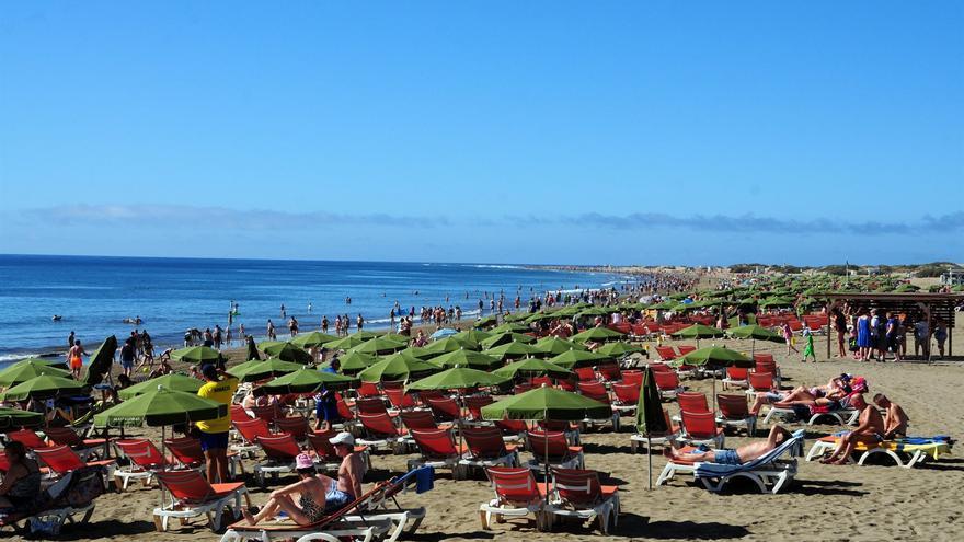 Bañistas, en su mayoría turistas, en una playa del sur de Gran Canaria