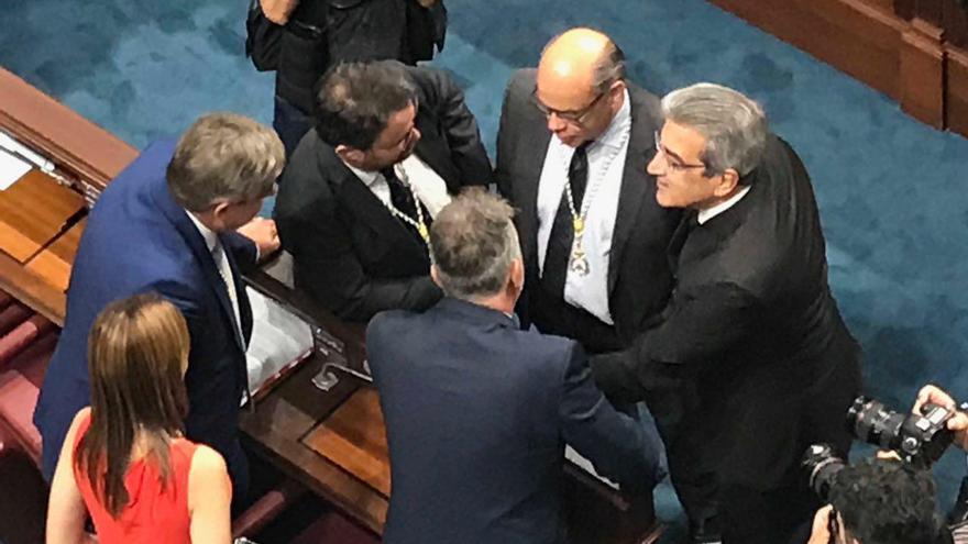 Asier Antona (PP), José Miguel Barragán (CC), Ángel Víctor Torres (PSOE) y Román Rodríguez (NC) durante la constitución del Parlamento de Canarias.