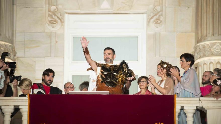 José López, alcalde de Cartagena, se dirige a sus conciudadanos desde el balcón del Ayuntamiento en Carthagineses y Romanos / Foto: Ayto. de Cartagena - JRAlbaladejo