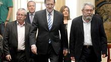 El presidente del Gobierno, Mariano Rajoy (c), acompañado de los secretarios generales de CCOO, Ignacio Fernández Toxo (i), y de UGT, Cándido Méndez y seguido del presidente de CEPYME, Jesús Terciado y la ministra de Empleo y Seguridad Social, Fátima Báñez, momentos antes de presentar en La Moncloa la Estrategia de Emprendimiento y Empleo Joven (2013-2016). EFE/J. J. Guillén