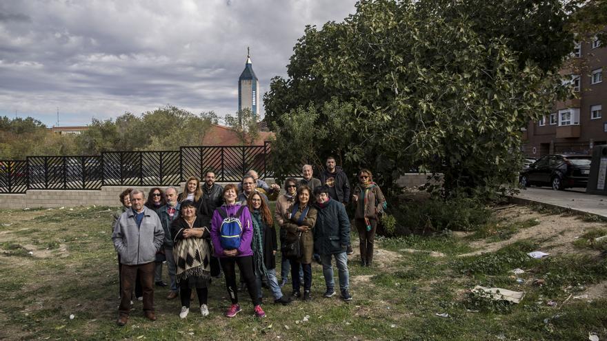 Varios de los vecinos que participaron en las protestas en los terrenos donde se construirá la biblioteca. / Olmo Calvo