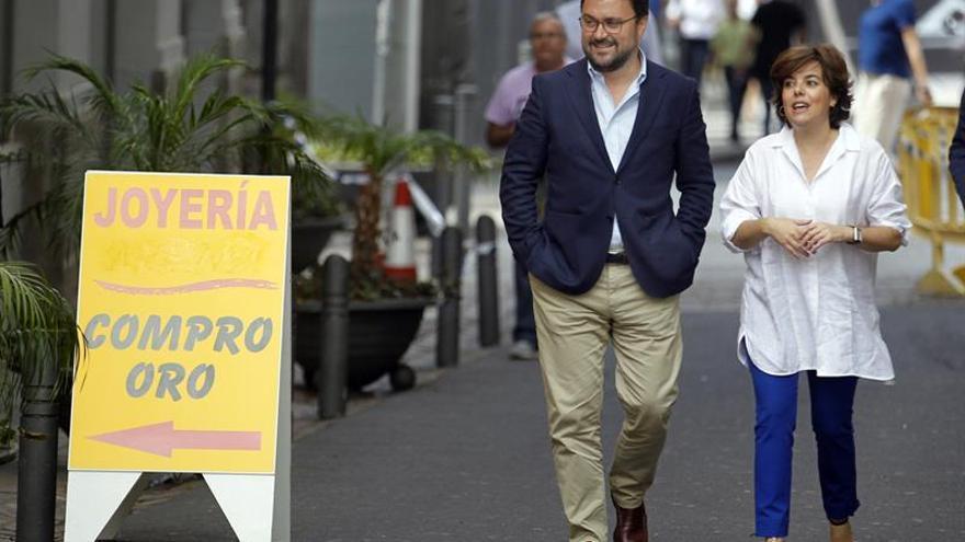 Asier Antona camina junto a Soraya Sáenz de Santamaría