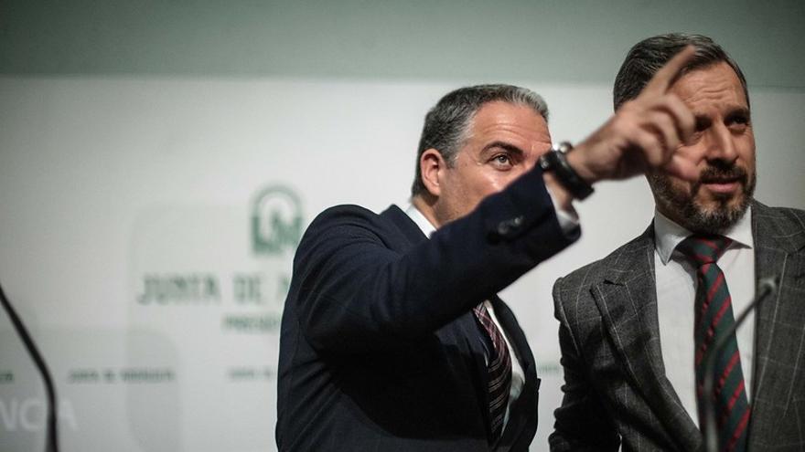 El consejero de Hacienda de la Junta andaluza, Juan Bravo, recibe indicaciones del portavoz Elías Bendodo.
