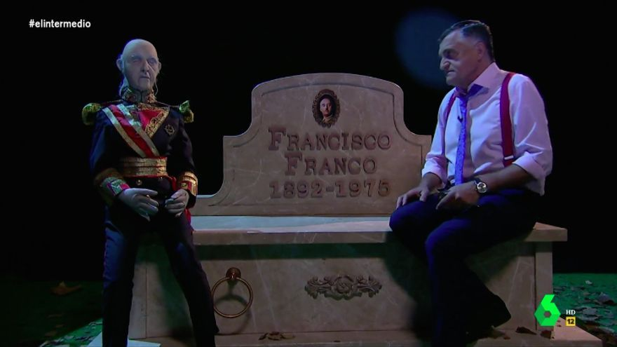 """El Gran Wyoming visita a Franco en su nueva tumba: """"Está mucho mejor comunicado que el Valle de los Caídos"""""""