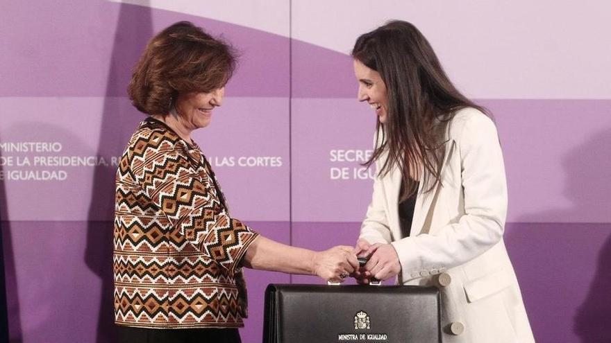 Carmen Calvo e Irene Montero durante el traspaso de la cartera de Igualdad.