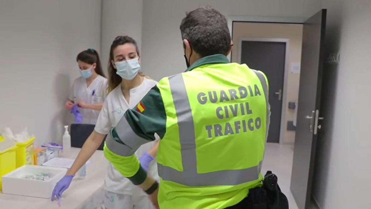 Vacunación a un agentes de la Guardia Civil de la Agrupación de Tráfico