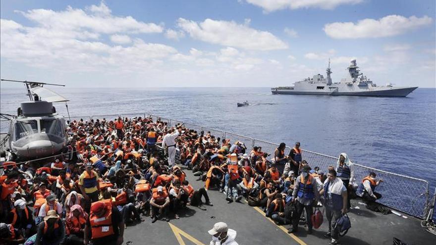"""Varios inmigrantes trasladados de la fragata italiana """"Euro"""" al """"Virgilio Fasan"""" dentro de la operación """"Mare Nostrum"""", el 30 de agosto de 2014. EFE"""