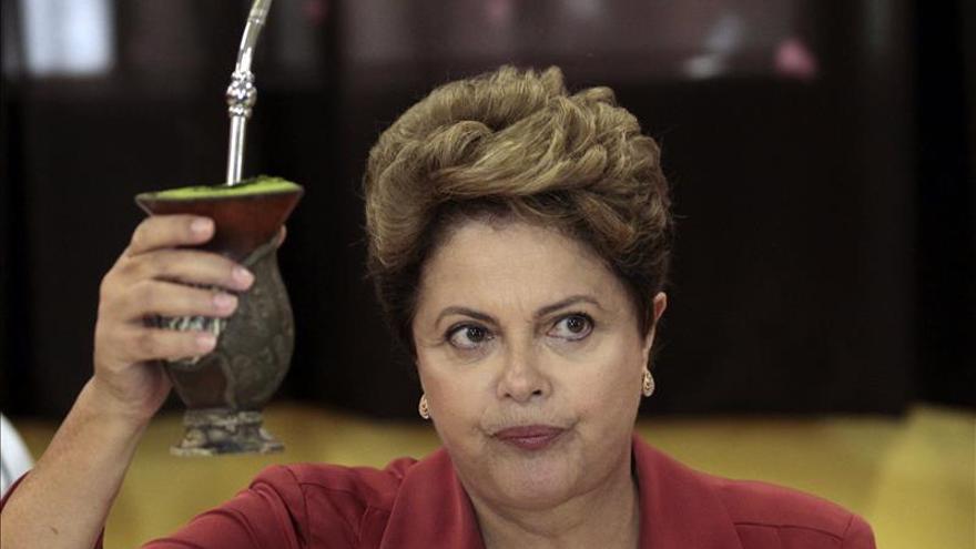 Dilma Rousseff posó para los fotógrafos bebiendo mate después de emitir su voto.