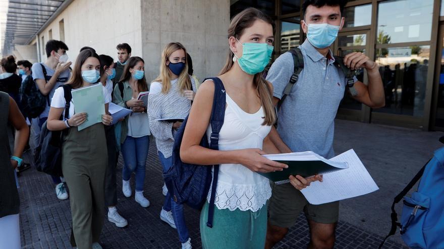 Alumnos de 2º de Bachillerato en Navarra entrando al examen de la EvAU