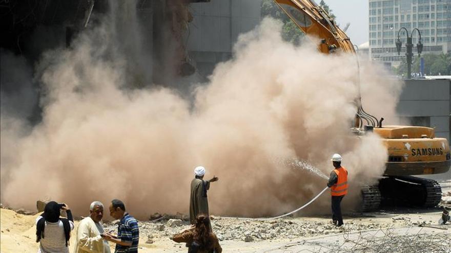 Demolición de la sede del partido de Mubarak en El Cairo