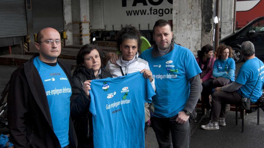 Luis, Isa, Cristina y José Ignacio, trabajadores de Fagor Edesa en Basauri, ayer en el encierro que protagonizan./EDN