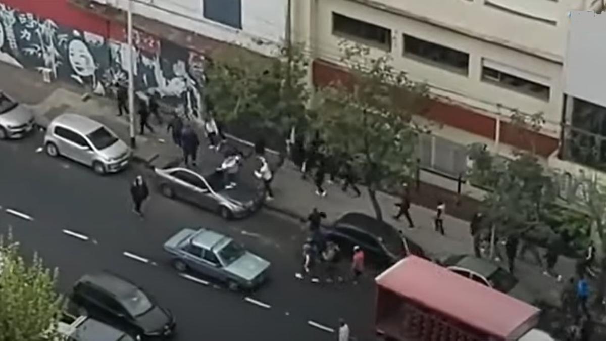 Tiros, caos y corridas en Avellaneda por un choque entre facciones de la hinchada de Independiente.