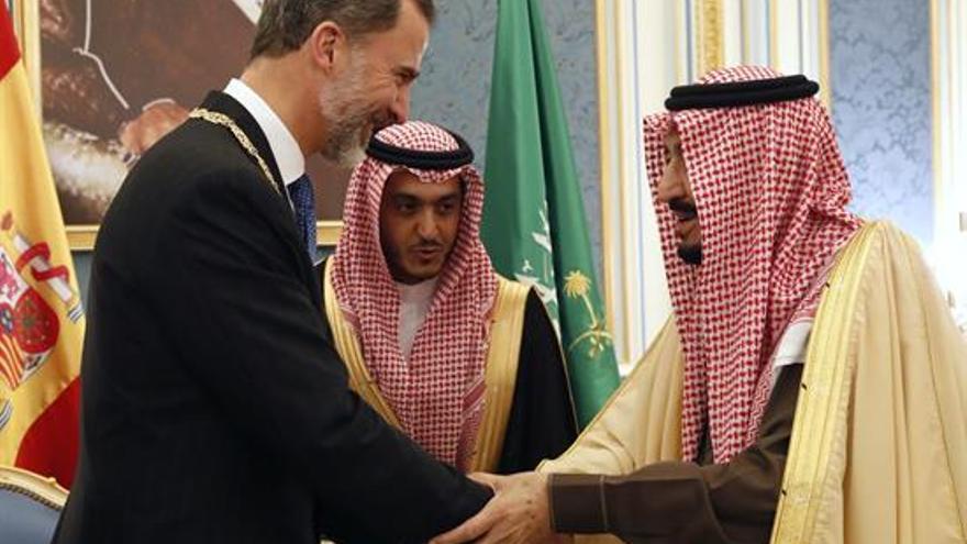 El rey Felipe VI junto a su homologo saudí