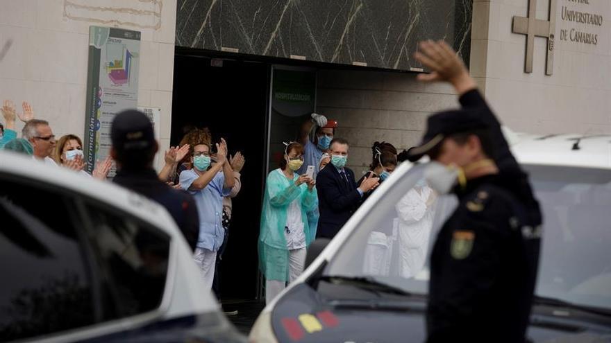 Policías y Protección Civil rinden homenaje a los sanitarios y pacientes del HUC