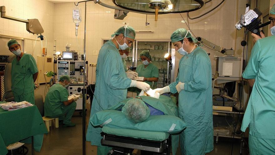El PP pide al SCS que deje de obligar a jubilarse a los 65 años a los médicos especialistas