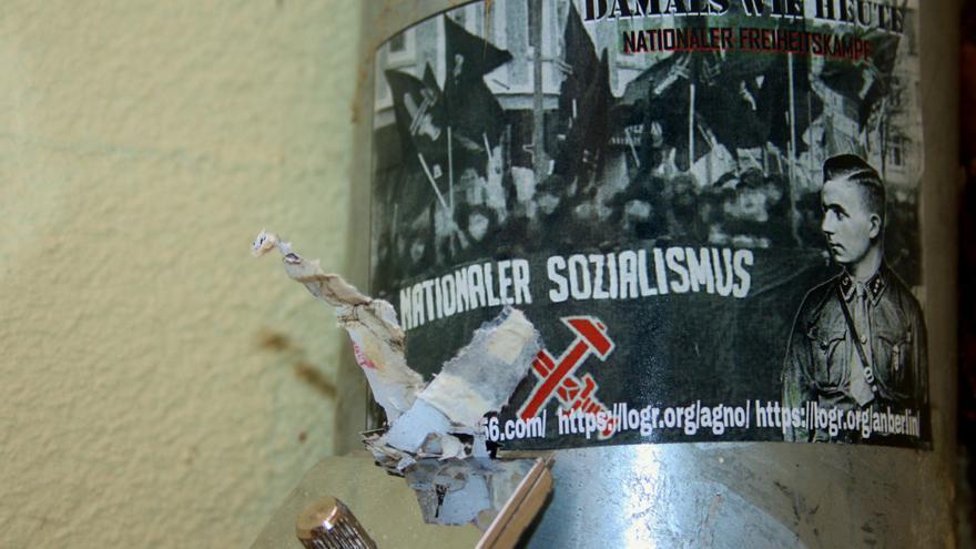 Irmela Mensah-schramm siempre lleva una espátula y un spray con pintura para borrar del imaginario público pintadas y pegatinas neonazis