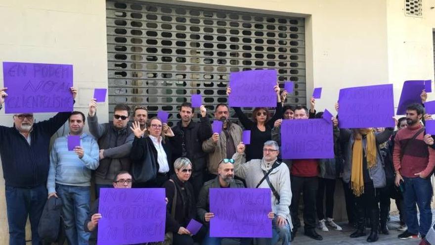 """Concentración de militantes ante la sede de Podemos en Valencia en protesta por el """"clientelismo en el partido"""""""