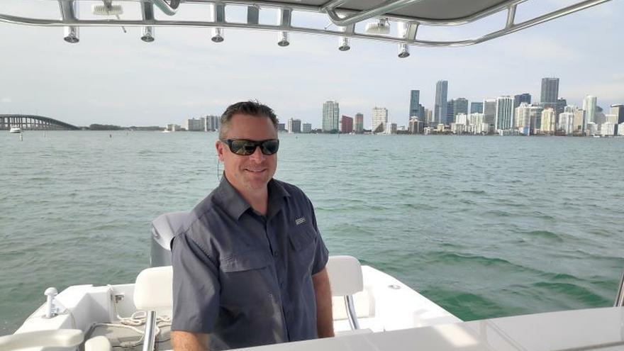 Fotografía fechada el 1 de febrero de 2020 del director del Miami International Boat Show, Larry Berryman, posa para Efe durante un encuentro en la bahía de Cayo Vizcaíno en Miami, Florida.