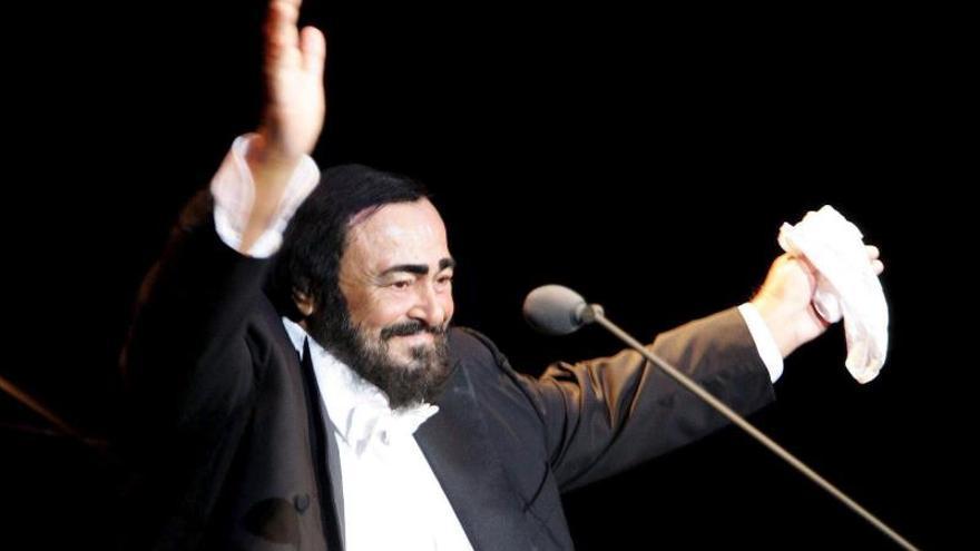 Foto de archivo tomada el 21 de agosto de 2004, del tenor italiano Luciano Pavarotti durante un concierto en Hamburgo, Alemania.