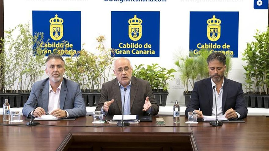 El presidente del Cabildo de Gran Canaria, Antonio Morales (c); el vicepresidente , Ángel Víctor Torres (i), y el consejero de Medio Ambiente, Miguel Ángel Rodríguez (d). EFE/Ángel Medina G.