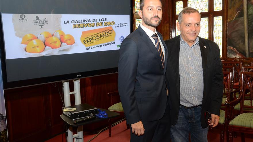 Efraín Medina junto al director de la feria, Jonay López.