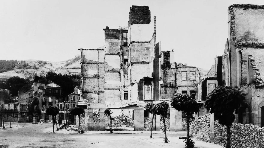 """Guernica (Vizcaya), 27 de abril de 1937.- Vista parcial de la población con sus edificios incendiados tras sufrir un bombardeo aéreo germano-italiano. Los bombardeos de la artillería y de la aviación dejaron en ruinas a más de un centenar de pueblos y ciudades. Decenas de personas perdieron sus casas, cuando no sus vidas. La destrucción e incendio de Guernica ilustraba el género de """"guerra Total"""" que más tarde generalizarían los alemanes."""
