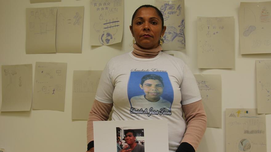 Terezinha de Jesús, madre de Eduardo, que tenía 10 años de edad cuando murió a manos de policias militares el 2 de abril de 2015, en el Complejo del Alemão, una de las mayores favelas de Rio de Janeiro| Angel Gonzalo - Amnistía Internacional